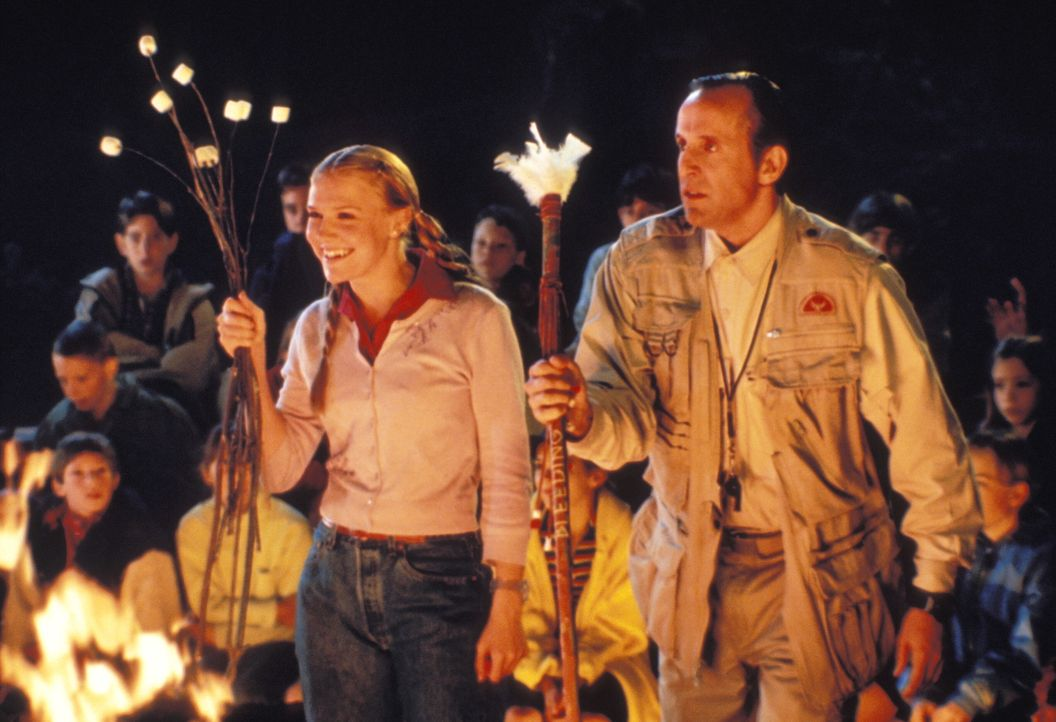 """Chief Oberon (Peter Stormare, r.) ist die einzig erwachsene Autoritätsperson im Ferienlager """"Bleeding Dove"""". Zusammen mit Betreuerin Wendy (Dominiq... - Bildquelle: Warner Brothers"""