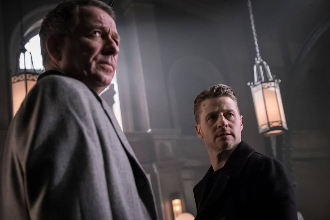 Auf der Suche nach dem Mörder von Bruces Eltern: Alfred (Sean Pertwee, l.) und Gordon (Ben McKenzie, r.) ... - Bildquelle: Warner Brothers