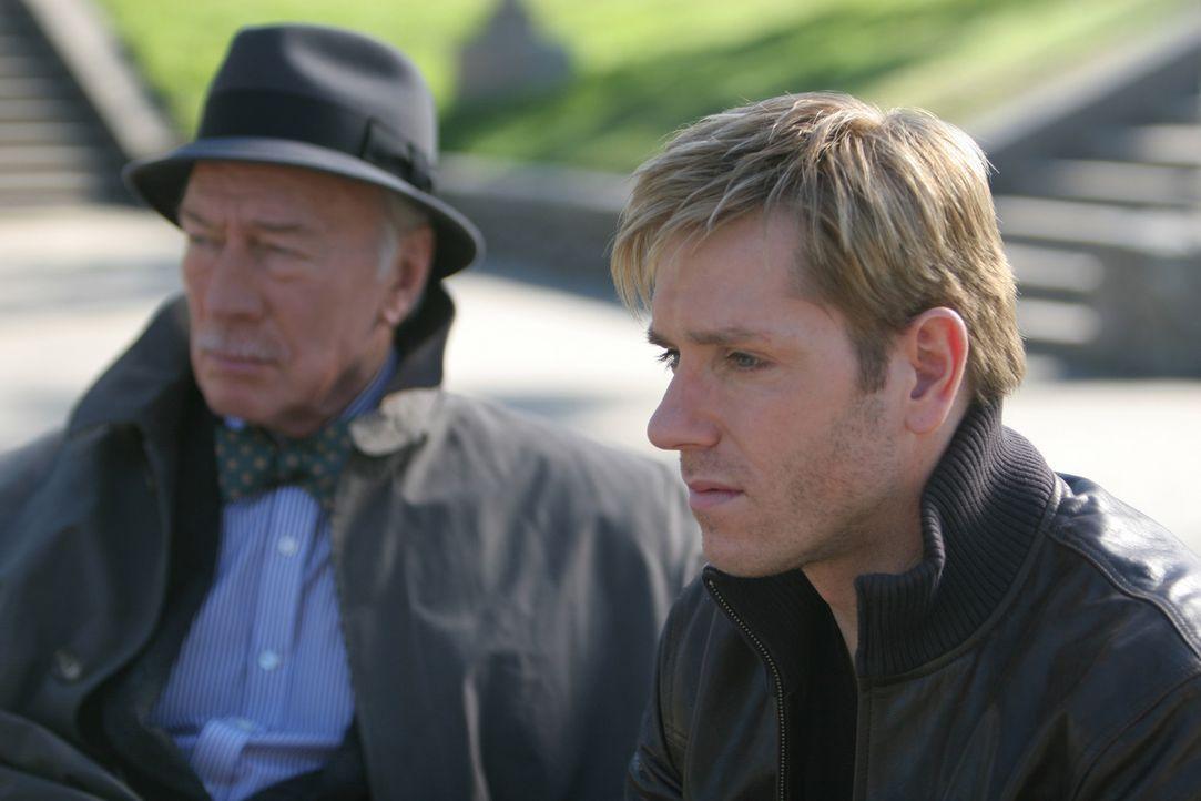 Dr. Heller (Christopher Plummer, l.) kennt diverse Leute, die Thomas (Ron Eldard, r.) zu dem Killer seines Sohnes führen könnten ... - Bildquelle: Square One Entertainment GmbH & Co.KG