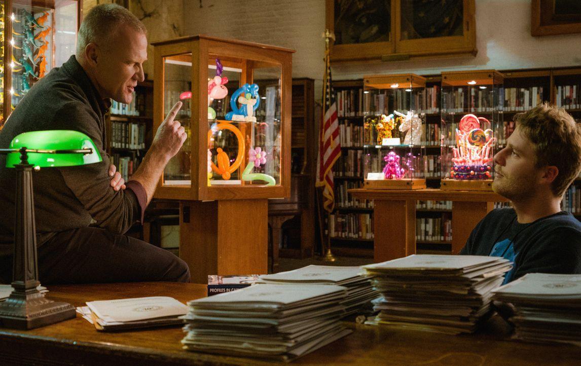 Das FBI schickt Brian (Jake McDorman, r.) nach Quantico zu Profiler David Englander (Terry Serpico, l.). Dort soll er die Einheit unterstützen, die... - Bildquelle: Michael Parmelee 2015 CBS Broadcasting, Inc. All Rights Reserved