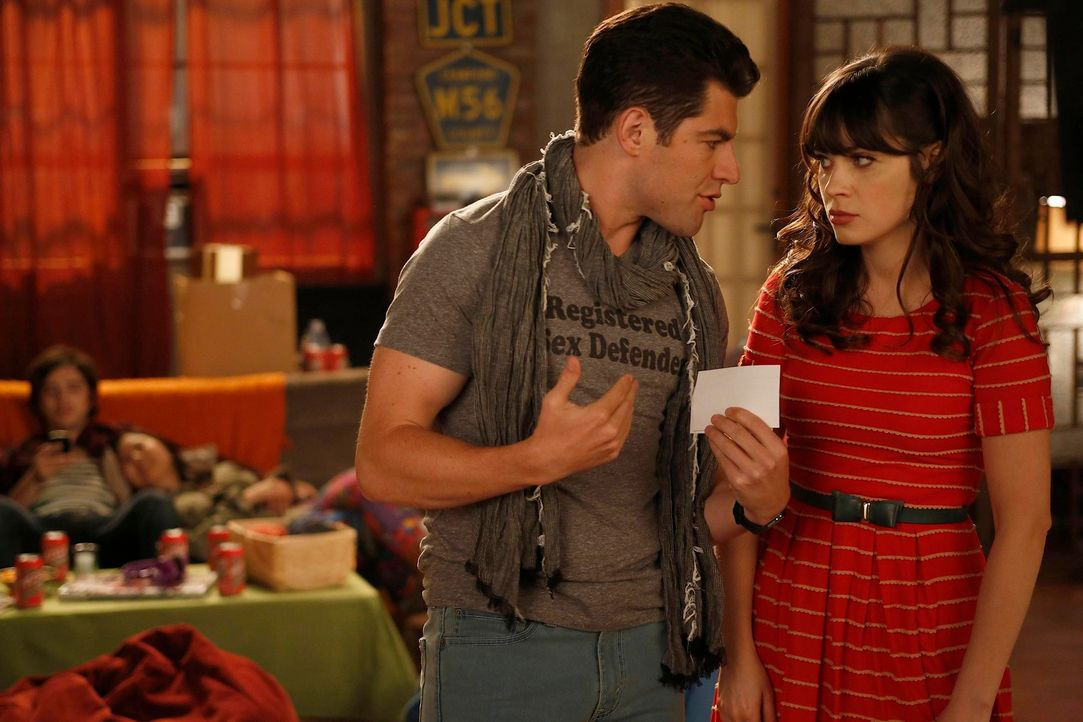 Als eine Gruppe von Mittzwanzigern in die Wohnung gegenüber einzieht, setzen Jess (Zooey Deschanel, r.) und Schmidt (Max Greenfield, l.) alles daran... - Bildquelle: 2012 Twentieth Century Fox Film Corporation. All rights reserved.