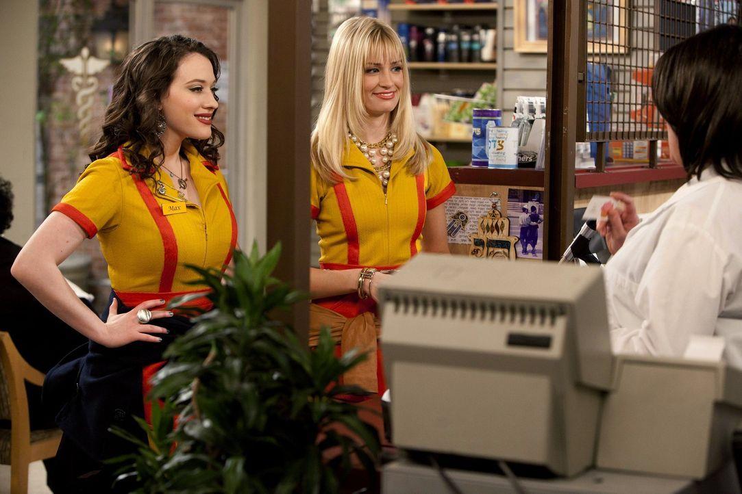 Max (Kat Dennings, l.) begleitet Caroline (Beth Behrs, r.) in die Apotheke: Sie fühlt sich nicht wohl und möchte vorbeugend Antibiotika einnehmen.... - Bildquelle: Warner Brothers