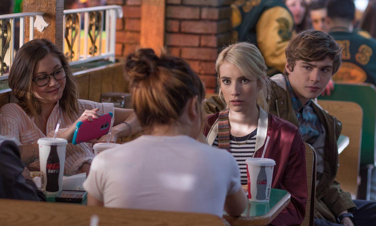 """Liv (Kimiko Glenn) und Tommy (Miles Heizer, r.) sind mehr als erstaunt, als sich Vee (Emma Roberts, 2.v.r.) bei dem Online Spiel """"Nerve"""" als Spieler... - Bildquelle: 2016 Lions Gate Entertainment Inc. All Rights Reserved."""
