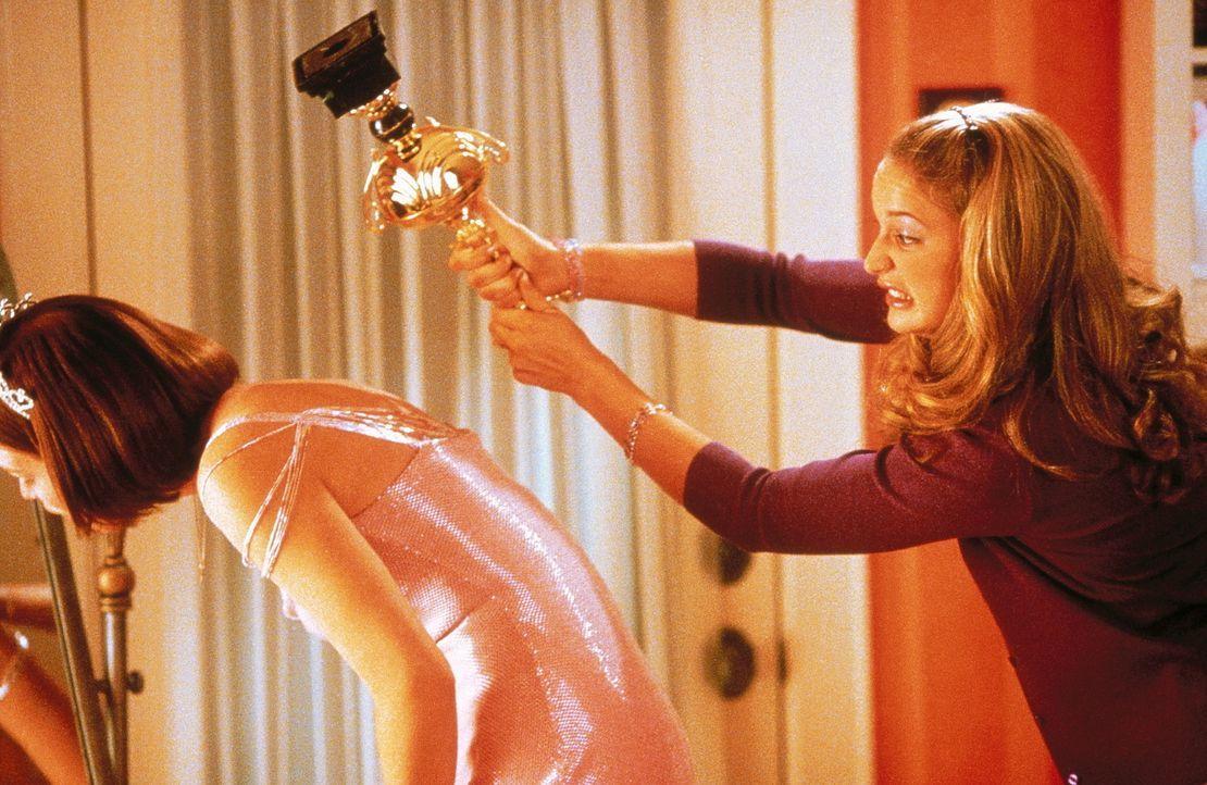 Als ihr Geneviève (Piper Perabo, l.) auch noch die Familie ausspannen will, schlägt Starla (Jane McGregor, r.) gnadenlos zurück ... - Bildquelle: Constantin Film