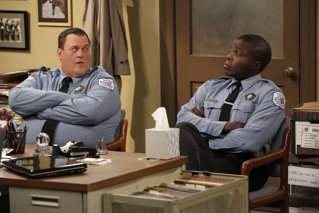 Mike (Billy Gardell, l.) und Carl (Reno Wilson, r.) versuchen, ihre Streitigkeiten durch den Besuch bei einem Paartherapeut zu beenden. Doch die Klu... - Bildquelle: Warner Brothers