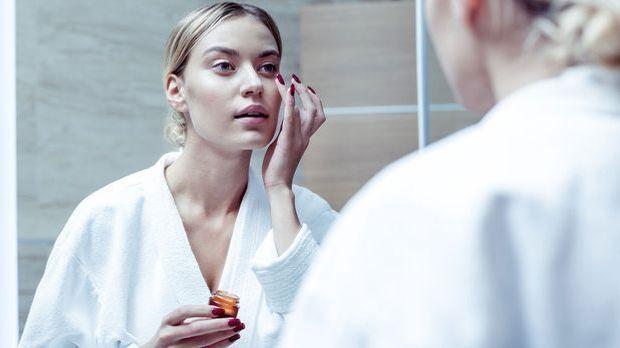 Leichtes Auftragen und Tupfen deiner Augencreme unter der Augenpartie – worau...