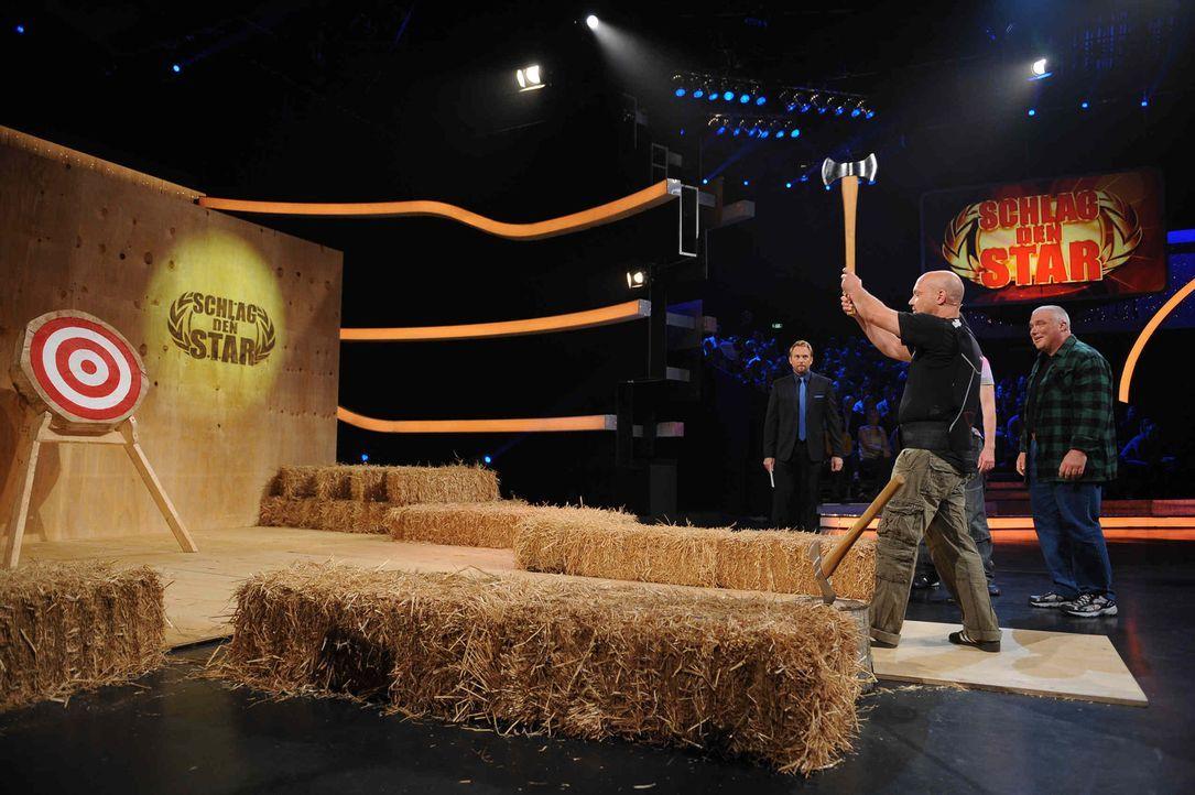 """Ande (M.) von Mundstuhl stellt sich in """"Schlag den Star"""" seinem Herausforderer. Steven Gätjen (l.) moderiert die Show. - Bildquelle: Willi Weber ProSieben"""