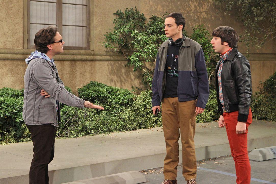 Leonard (Johnny Galecki, l.) kann nicht verstehen, dass Sheldon (Jim Parsons, M.) und Howard (Simon Helberg, r.) sich wegen einem Parkplatz in den H... - Bildquelle: Warner Bros. Television