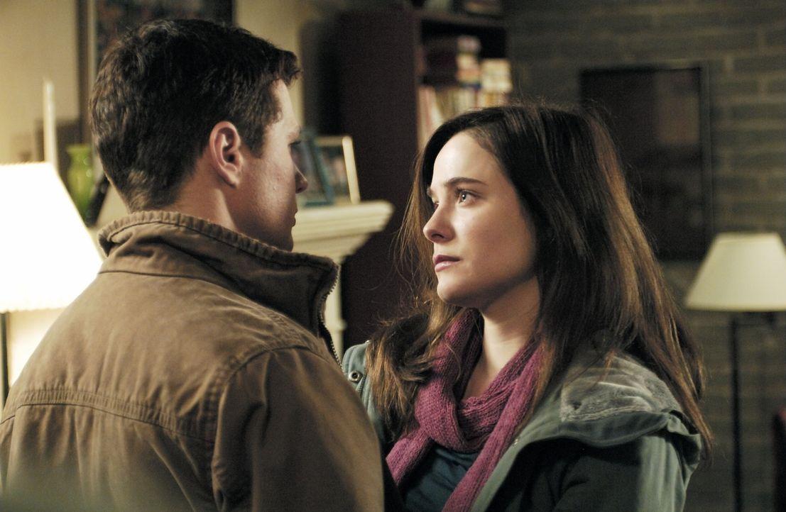 Zwischen zwei Stühlen: Eric O'Neill (Ryan Phillippe, l.) liebt seine Frau (Caroline Dhavernas, r.), aber als FBI Neuling kann er sie auf keinen Fall... - Bildquelle: Universal Pictures