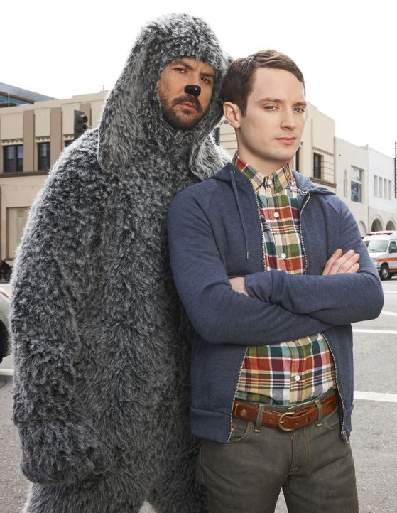 (3. Staffel) - Ryans (Elijah Wood, l.) Freundschaft zu Wilfred (Jason Gann, r.) stellt sein Leben immer mehr auf den Kopf ... - Bildquelle: 2013 Bluebush Productions, LLC. All rights reserved.