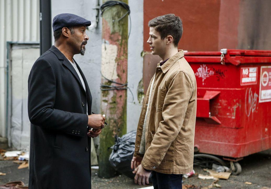 Ein kriminelles Metawesen nimmt Joe (Jesse L. Martin, l.) ins Visier. Gelingt es Barry (Grant Gustin, r.) ihn zu beschützen? - Bildquelle: 2016 Warner Bros.
