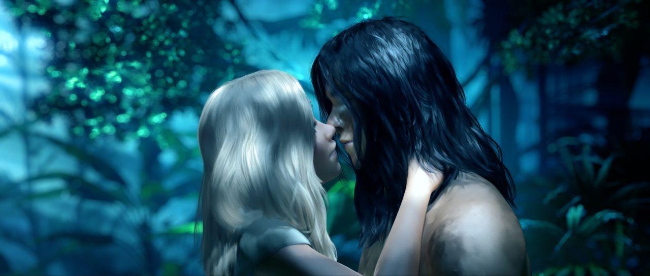 Endlich kommen sich Tarzan (r.) und Jane (l.) im Dschungel näher ... - Bildquelle: Constantin Film