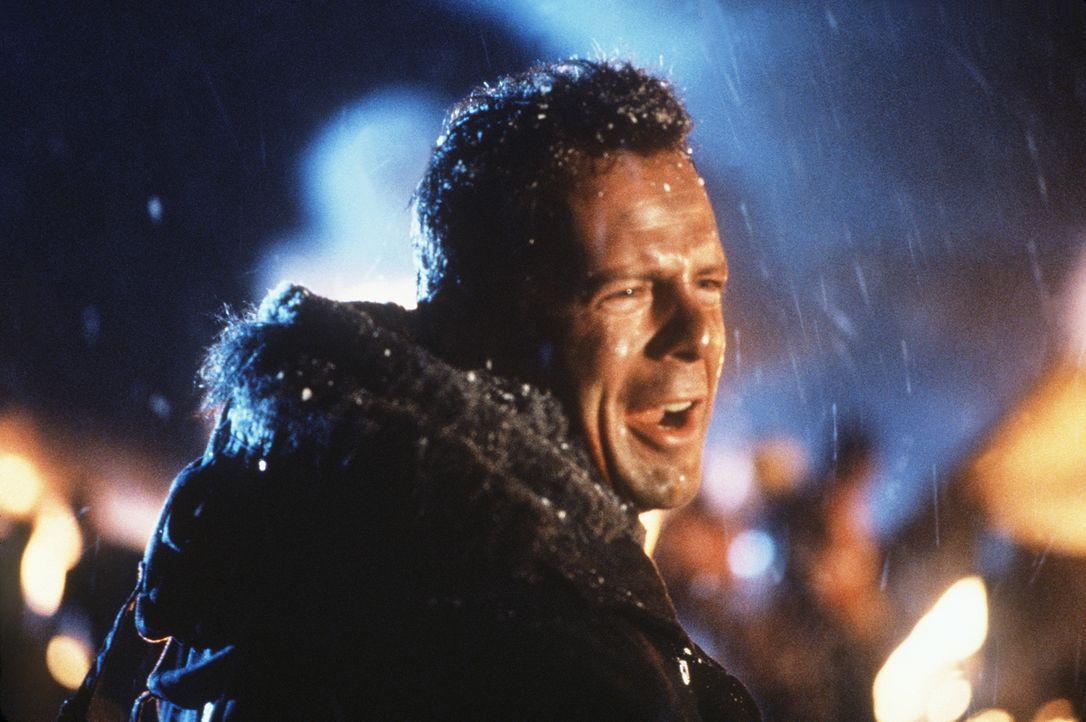 Eigentlich wollte er nur seine Frau vom Flughafen abholen: John McClane (Bruce Willis) nimmt den Kampf gegen eine hochgerüstete Terrorgruppe auf, di... - Bildquelle: 20th Century Fox