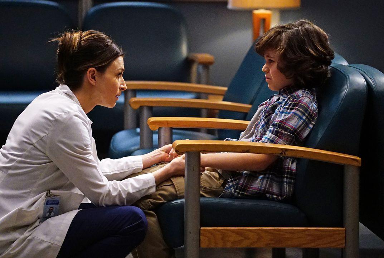 Amelia (Caterina Scorsone, l.) kümmert sich um Peter (Zackary Arthur, r.), der aus Versehen seinen Freund angeschossen hat und sich große Vorwürfe m... - Bildquelle: Richard Cartwright ABC Studios