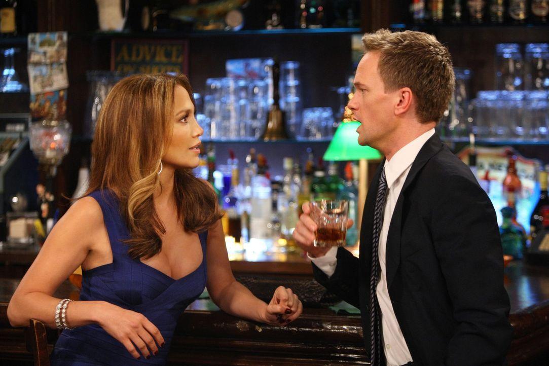 Barney (Neil Patrick Harris, r.) lernt die Wahnsinnsfrau Anita (Jennifer Lopez, l.) kennen und versucht sie flachzulegen. Doch der Erfolg lässt auf... - Bildquelle: 20th Century Fox International Television