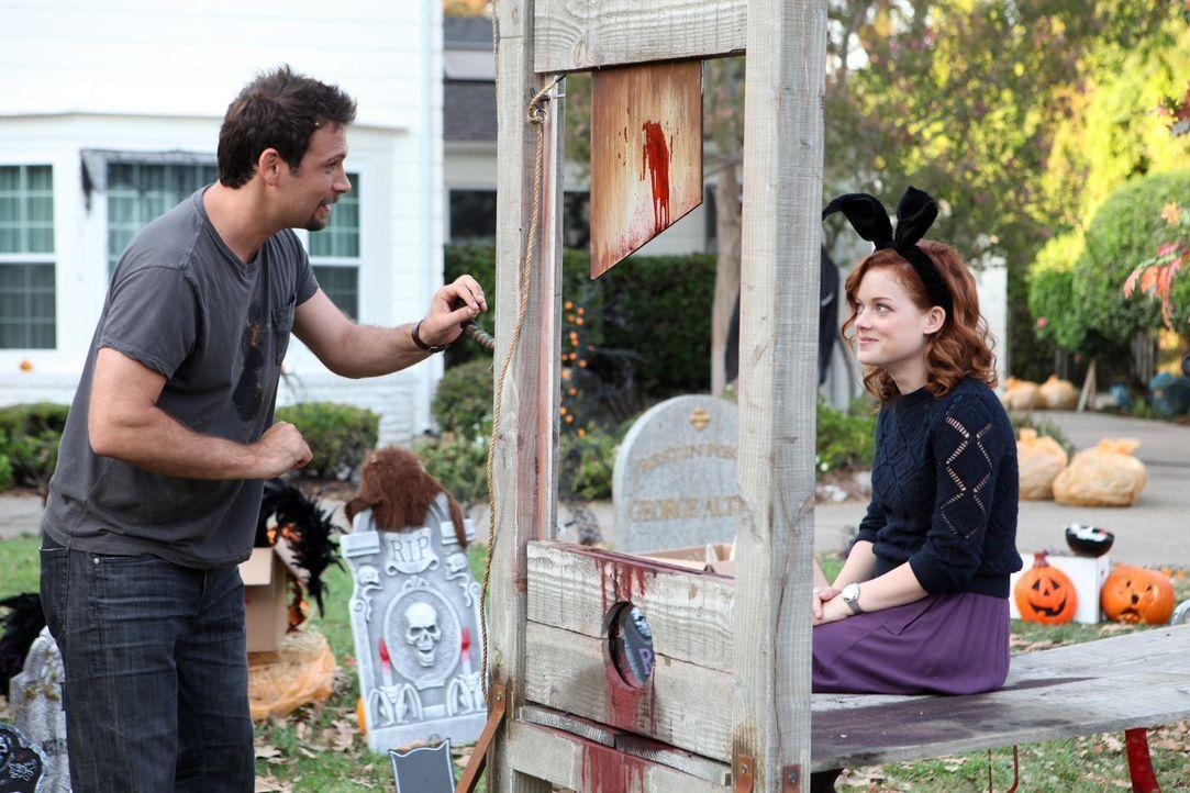 Zum entsetzten der Nachbarn, planen George (Jeremy Sisto, l.) und Tessa (Jane Levy, r.) ein ganz besonders Halloween ... - Bildquelle: Warner Bros. Television