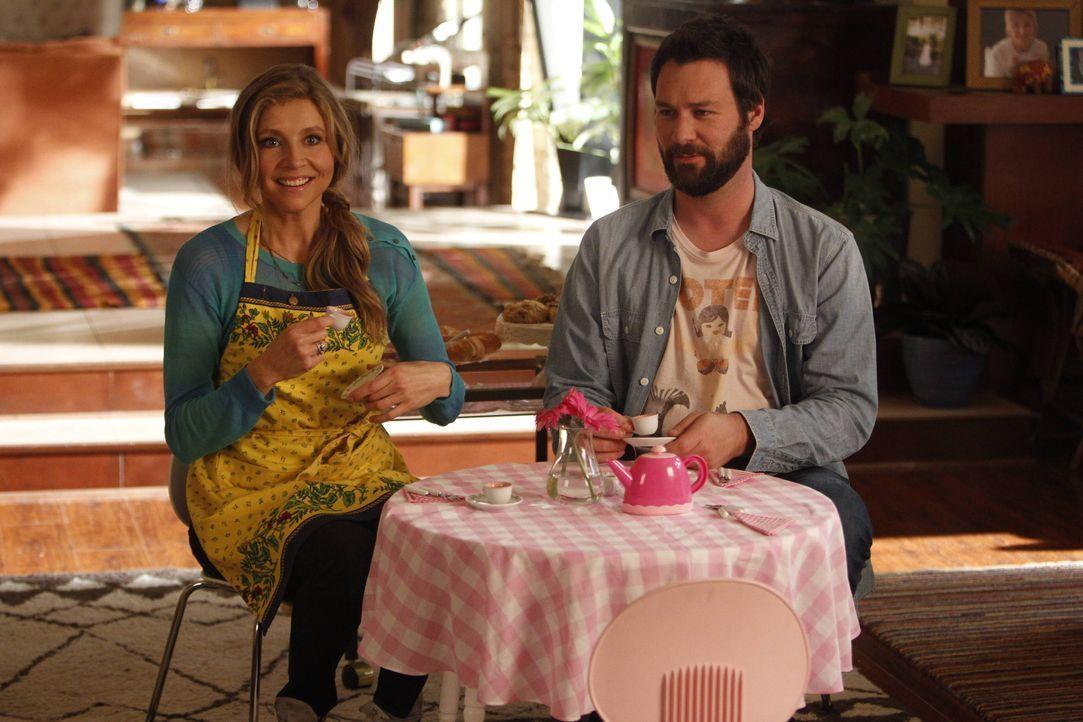 Julian (Jon Dore, r.) und Polly (Sarah Chalke, l.) sind damit überfordert, dass ihre Tochter sich plötzlich eine imaginäre Freundin erschafft, die s... - Bildquelle: 2013 American Broadcasting Companies. All rights reserved.