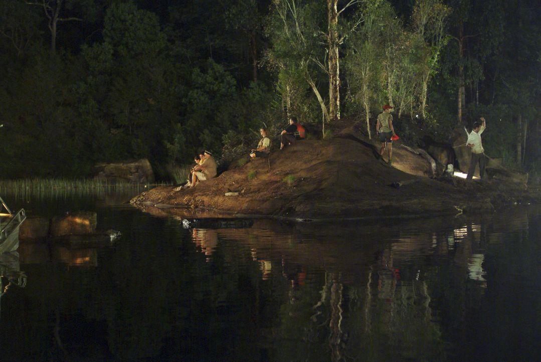 Während eine Touristengruppe eine Bootstour durch den Kakadu National Park unternimmt, schnellt plötzlich ein gigantisches Krokodil aus dem Wasser...
