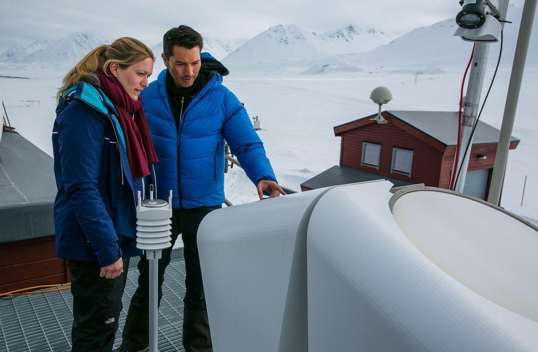 """Weltweit schmelzen die Eisvorkommen der Erde mit dramatischen Folgen für Tier und Mensch. """"Galileo""""-Reporter Stefan Gödde (r.) begibt sich auf eine... - Bildquelle: ProSieben"""