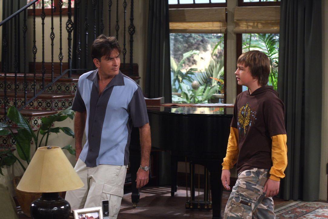 Als Jake (Angus T. Jones, r.) und Celeste nicht rechtzeitig von einem Spaziergang zurückkommen, gelingt es Charlie (Charlie Sheen, l.) nur mit grö... - Bildquelle: Warner Brothers Entertainment Inc.