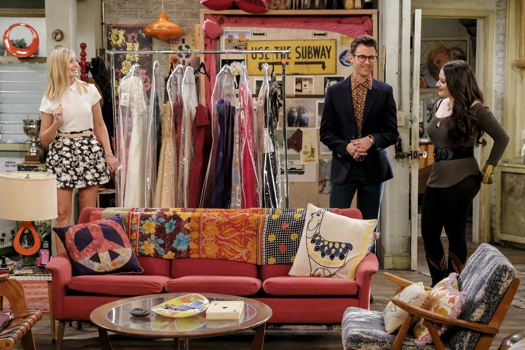 Lassen sich von dem berühmten Stylisten Brad Goreski (Brad Goreski, M.) für den roten Teppich vorbereiten: Caroline (Beth Behrs, l.) und Max (Kat De... - Bildquelle: Warner Bros. Television