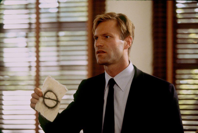 Der Killer scheint den jungen FBI-Agenten Thomas Mackelway (Aaron Eckhart) zu verspotten, indem er ihm ungezählte Hinweise per Fax zukommen lässt, d... - Bildquelle: 2006 Sony Pictures Television International