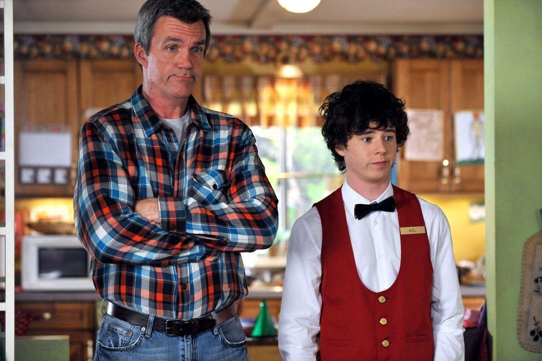 Währen sich Mike (Neil Flynn, l.) mit Bricks Geburtstagswunsch rumschlagen muss, plagt sich Axl (Charlie McDermott, r.) mit seiner neuen - inkompete... - Bildquelle: Warner Brothers