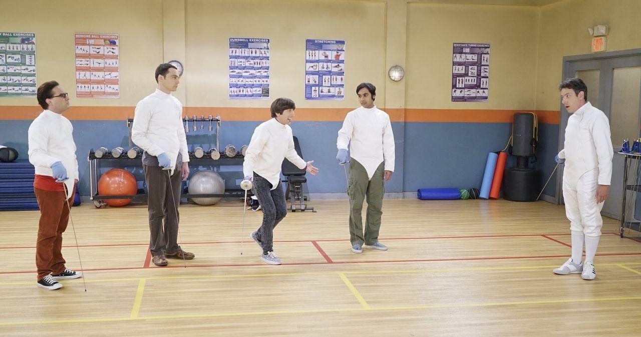 Barry Kripke (John Ross Bowie, r.) hat angefangen Fecht-Kurse zu geben, perfekt für Leonard (Johnny Galecki, l.), Sheldon (Jim Parsons, 2.v.l.), How... - Bildquelle: 2015 Warner Brothers