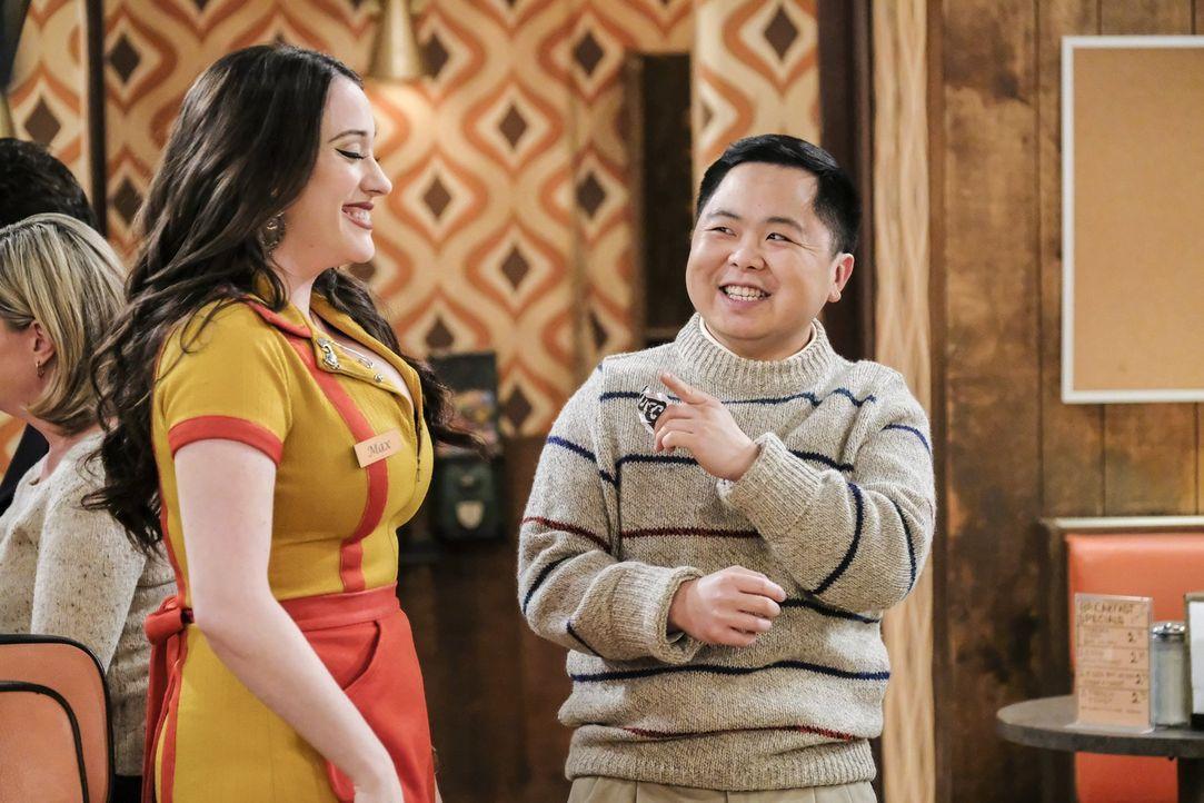 Max (Kat Dennings, l.) will sich Han (Matthew Moy, r.) anschließen, der sich seine Zeit mit Golfspielen vertreibt, denn seitdem sie sich entscheiden... - Bildquelle: Warner Bros. Television