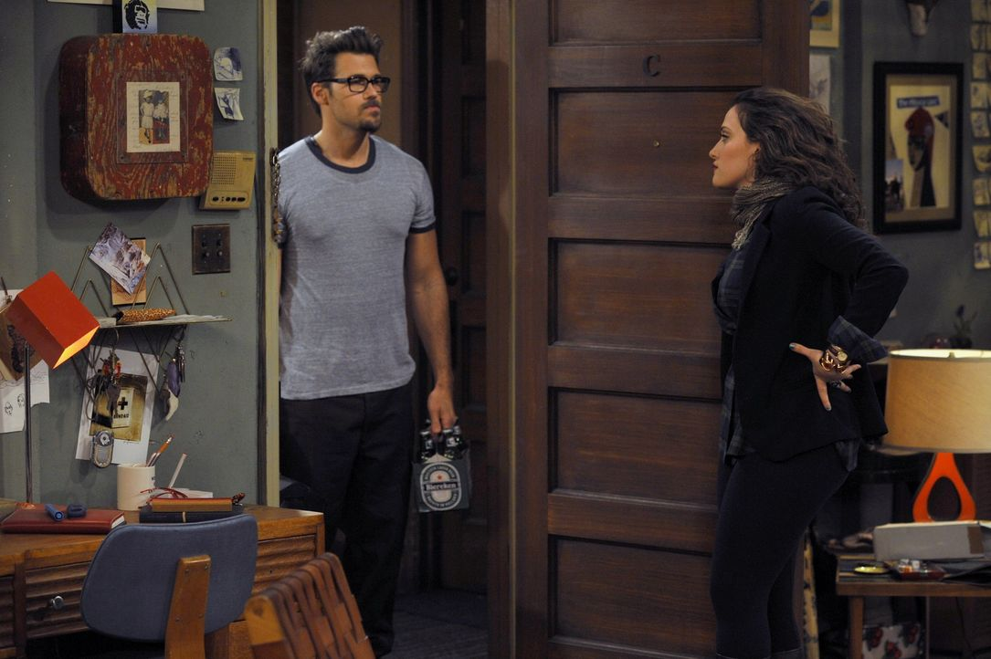 Johnny (Nick Zano, l.) wurde von Caroline (Beth Behrs) zum Aufbau ihres neuen Schrankbettes in die WG bestellt. Die von dem unverhofften Besuch übe... - Bildquelle: Warner Brothers