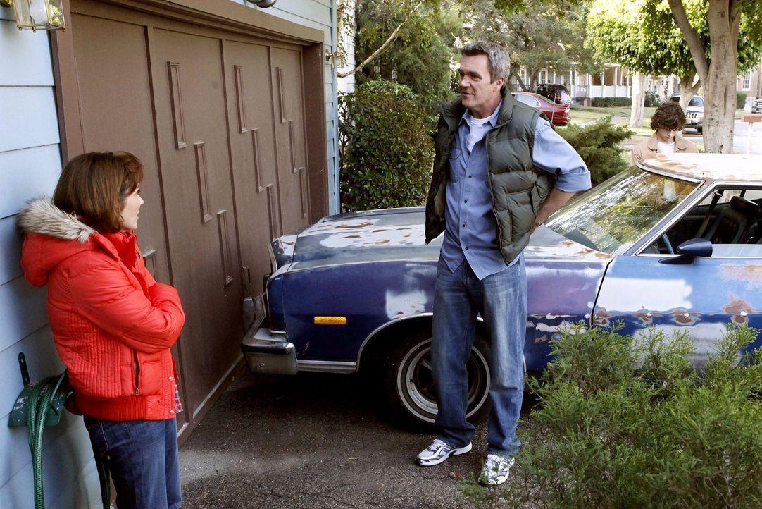 Während Frankie (Patricia Heaton, l.) von Sue um eine neue Hose gebeten wird, besorgt Mike (Neil Flynn, r.) Axl einen Gebrauchtwagen ... - Bildquelle: Warner Brothers