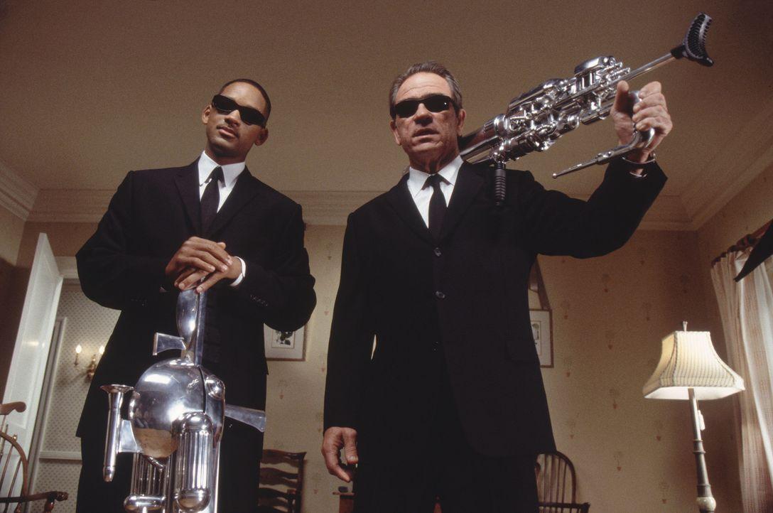 Die beiden Agenten im Kampf gegen die feindseligen Aliens: K (Tommy Lee Jones, r.) und J (Will Smith, l.) ... - Bildquelle: 2003 Sony Pictures Television International