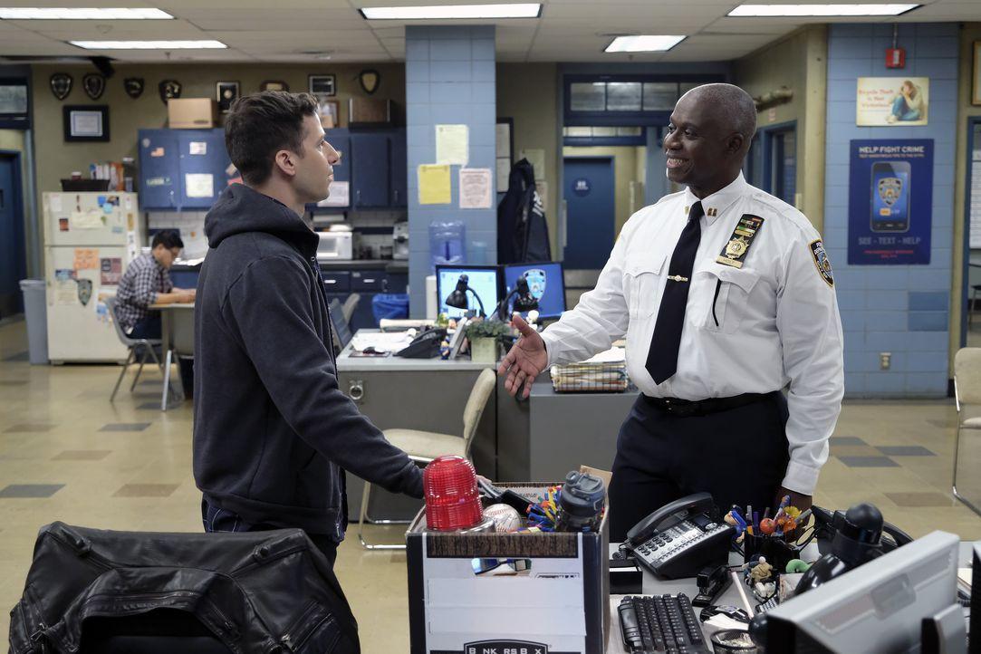 Jake Peralta (Andy Samberg, l.); Captain Ray Holt (André Braugher, r.) - Bildquelle: Ray Mickshaw 2018 UNIVERSAL TELEVISION LLC. All rights reserved. / Ray Mickshaw