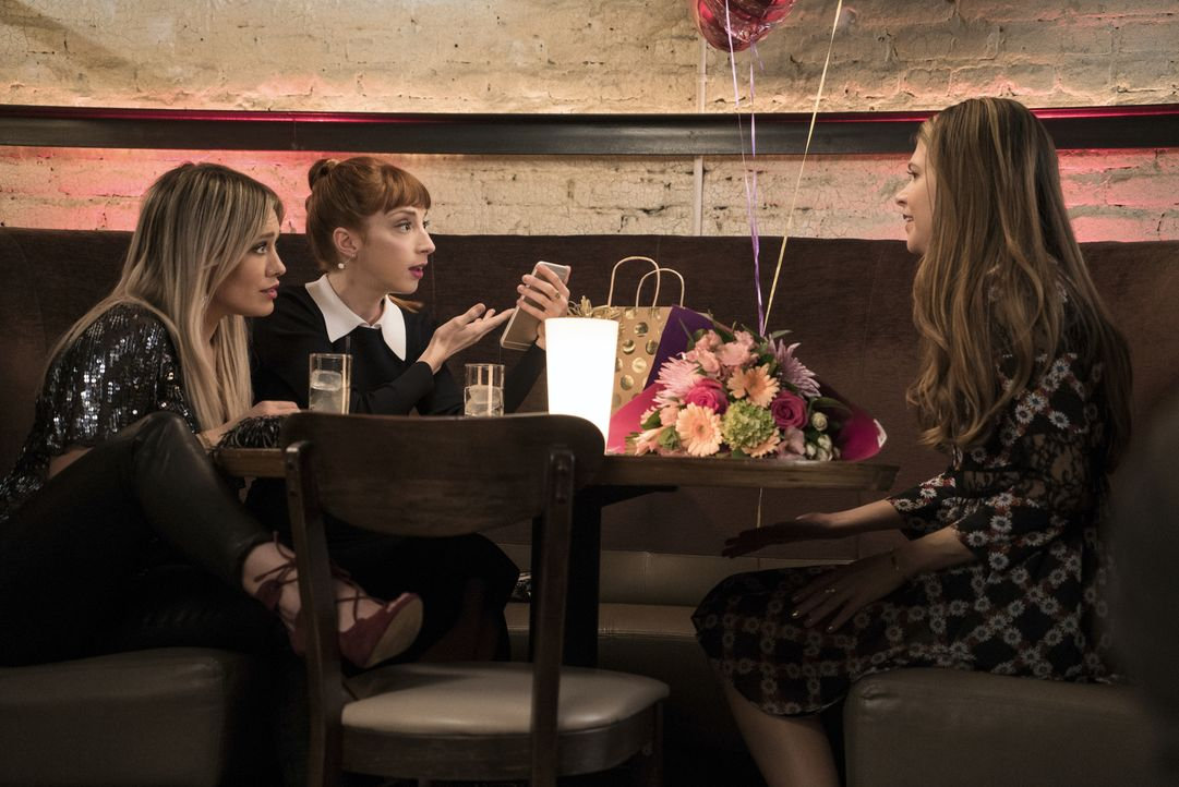 Während sich Kelsey (Hilary Duff, l.), Lauren (Molly Bernard, M.) und Liza (Sutton Foster, r.) eigentlich zur Feier von Kelseys 27. Geburtstag treff... - Bildquelle: Hudson Street Productions Inc 2016