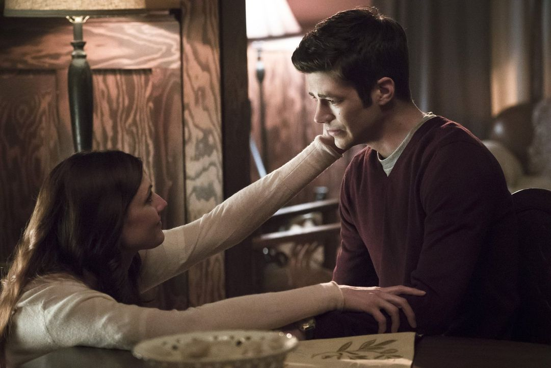 Barry (Grant Gustin, r.) erhält die Chance, in der Zwischenwelt seine Trauer über den Tod seiner Mutter Nora (Michelle Harrison, l.) endlich zu vera... - Bildquelle: Warner Bros. Entertainment, Inc.