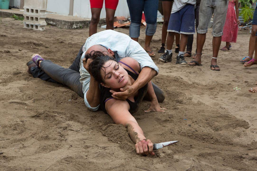 Ava (Gina Carano, unten) gibt niemals kampflos auf. Auch nicht, als Gangster Silvio Lugo (Amaury Nolasco, oben) sie in die Finger bekommt ... - Bildquelle: Francisco Roman ITB Productions, Inc.