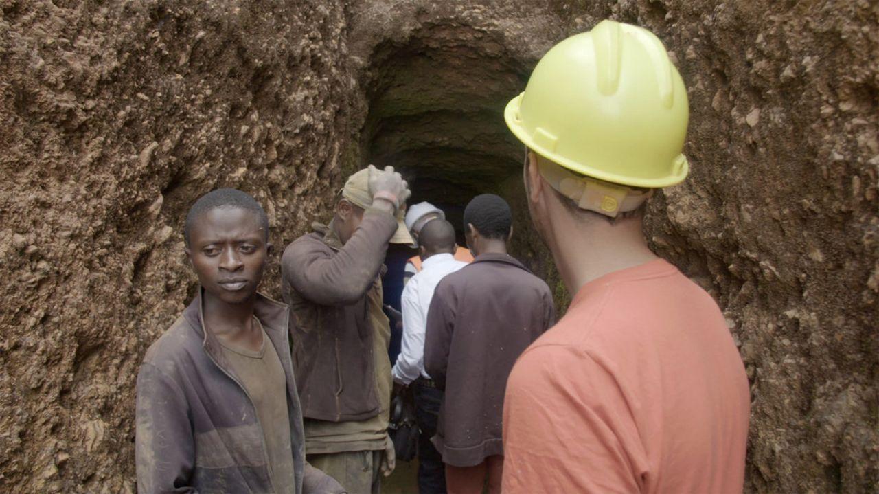 """Moderne Sklaverei? Im Kongo ist das oft traurige Realität. In Minen leiden Menschen beim Gewinn von Rohstoffen. """"Uncovered""""-Reporter Thilo Mischke (... - Bildquelle: ProSieben"""