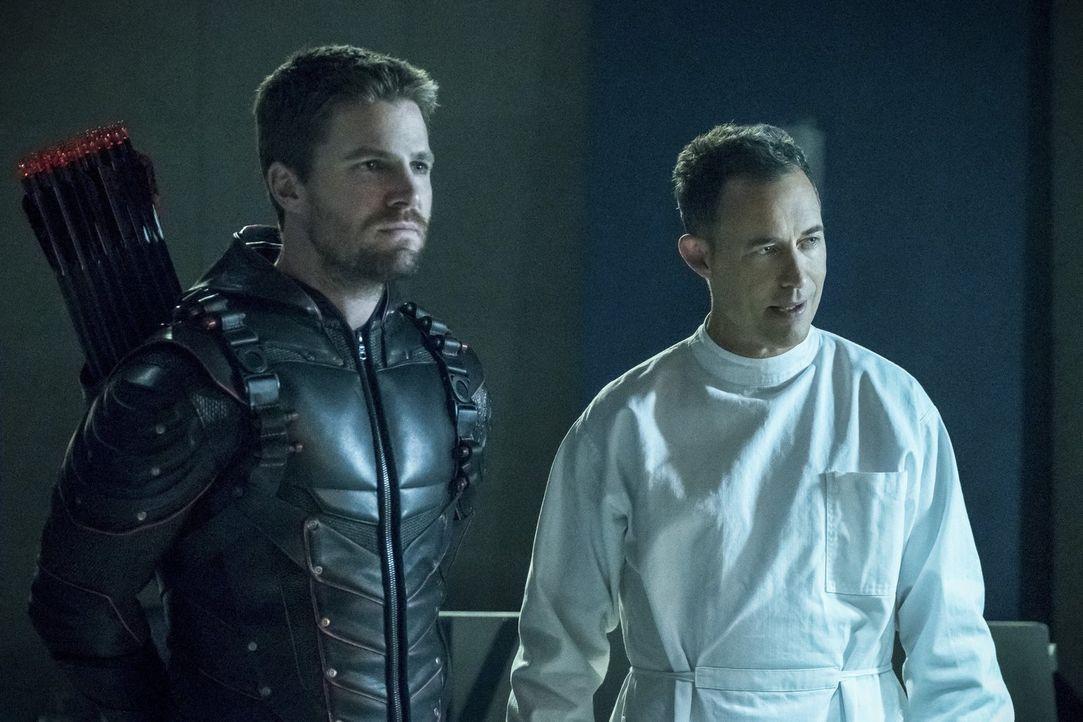 Lassen sich nicht so einfach aufhalten: Oliver alias Dark Arrow (Stephen Amell, l.) und Reverse Flash (Tom Cavanagh, r.) ... - Bildquelle: 2017 Warner Bros.
