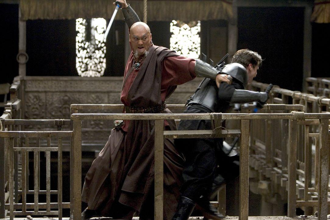 Noch ahnt Bruce (Christian Bale, r.) nicht, dass sein Mentor Ra's al Ghul (Ken Watanabe, l.) nicht derjenige ist, für den er sich ausgibt ... - Bildquelle: 2005 Warner Brothers
