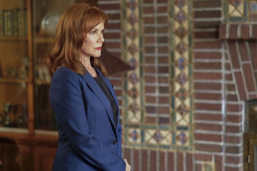 Hat einige wichtige Informationen für Mulder: Erika Price (Barbara Hershey) ... - Bildquelle: Robert Falconer 2017 Fox and its related entities.  All rights reserved.