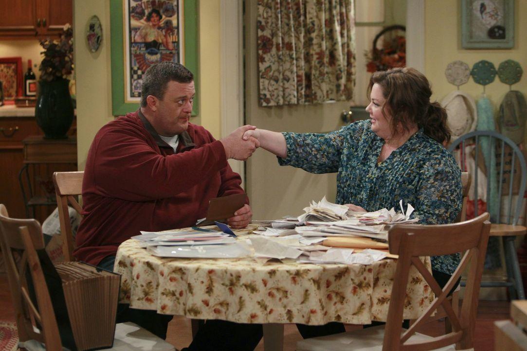 Molly (Melissa McCarthy, r.) und Mike (Billy Gardell, l.) sind mitten in den Hochzeitsvorbereitungen, als Vince in einem 57er Chevrolet Bel Air auft... - Bildquelle: Warner Brothers