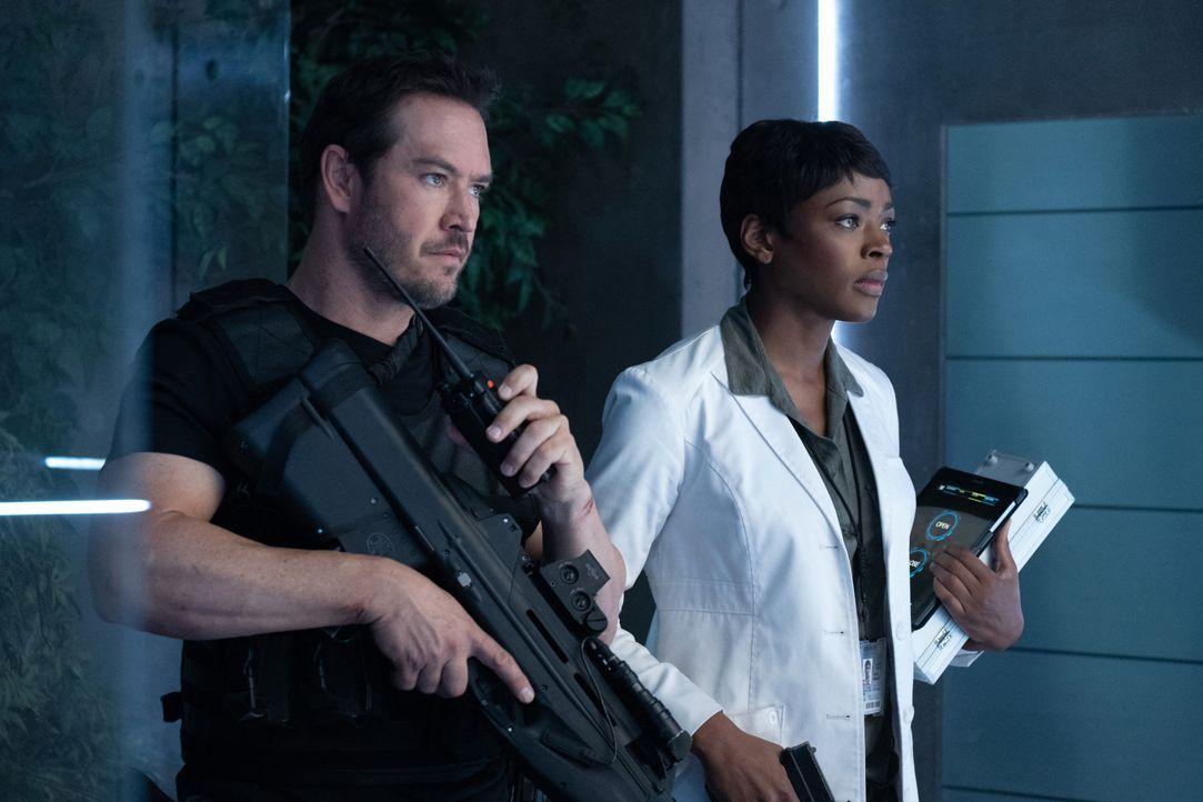 Brad Wolgast (Mark-Paul Gosselaar, l.); Dr. Major Nichole Sykes (Caroline Chikezie, r.) - Bildquelle: Erika Doss 2019 Fox and its related entities. All rights reserved. / Erika Doss