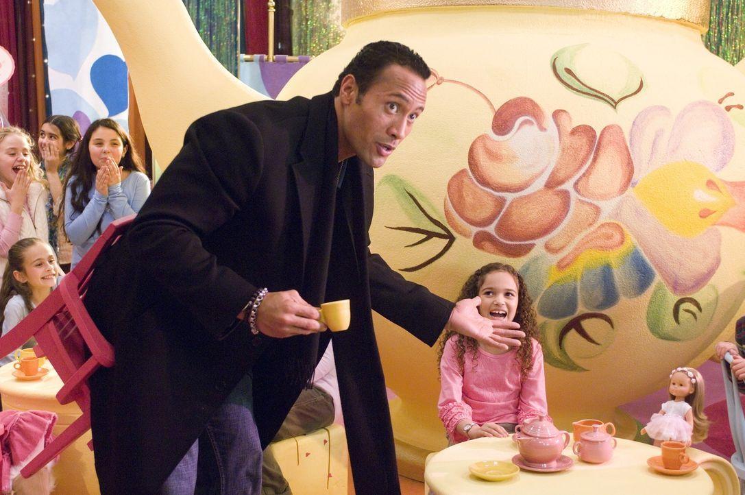 Statt seinem Sporttraining ist Kinderbetreuung angesagt: Joe (Dwayne Johnson, l.) muss sich erst an seine Rolle als Vater von Peyton (Madison Pettis... - Bildquelle: Buena Vista International