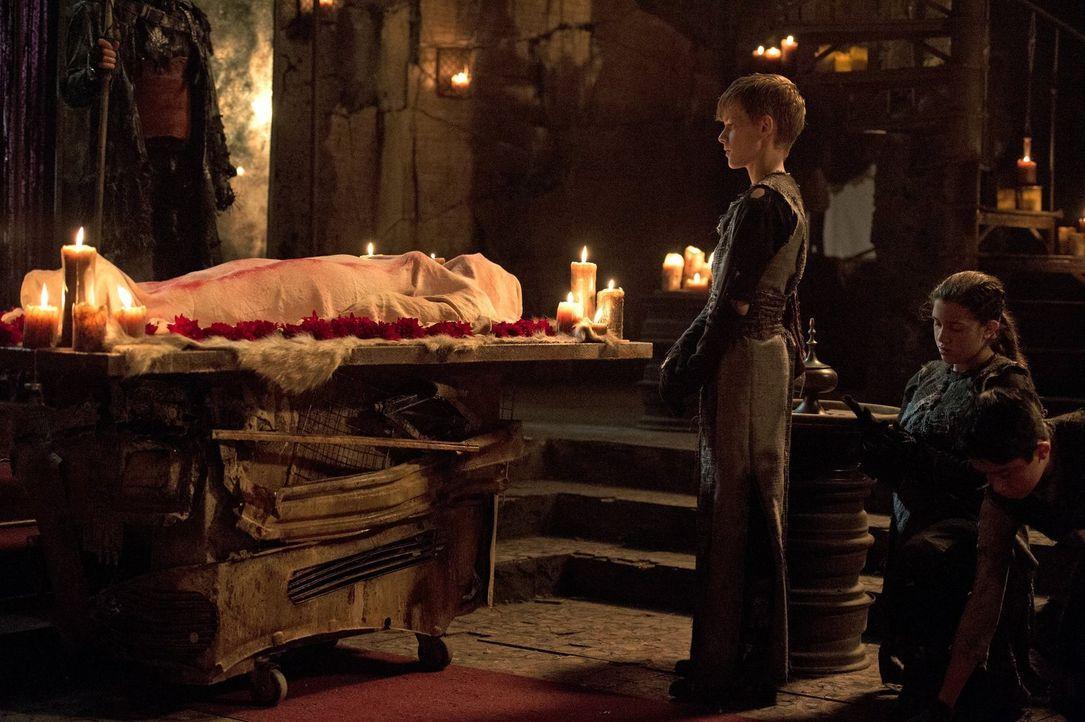 Auch, wenn Aden (Cory Gruter-Andrew, l.) der auserwählte Nachfolger von Lexa ist, scheint es nicht sicher, dass er den Thron auch besteigen wird ... - Bildquelle: 2014 Warner Brothers