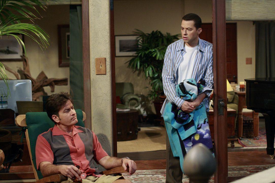 Während Alan (Jon Cryer, l.) in der Immobilienagentur seiner Mutter einen Aushilfsjob annimmt, um sich das Geld für eine eigene Wohnung zu verdien... - Bildquelle: Warner Bros. Television