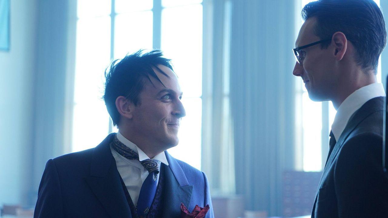 Penguin (Robin Lord Taylor, l.) beschließt nun endlich, Nygma (Cory Michael Smith, r.) seine Liebe zu gestehen. Doch bevor er seine Gefühle offenbar... - Bildquelle: Warner Brothers