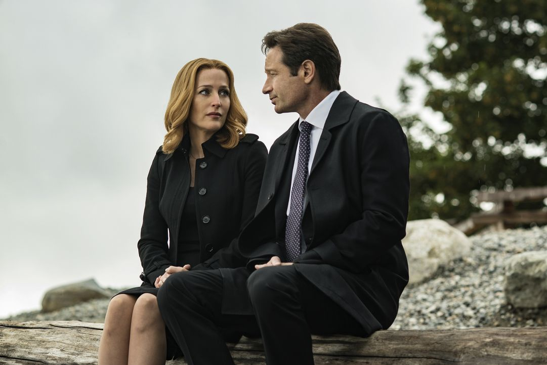 Während der Ermittlungen in einem neuen mysteriösen Fall, müssen sich Mulder (David Duchovny, r.) und Scully (Gillian Anderson, l.) mit dem Tod eine... - Bildquelle: Ed Araquel 2016 Fox and its related entities.  All rights reserved.