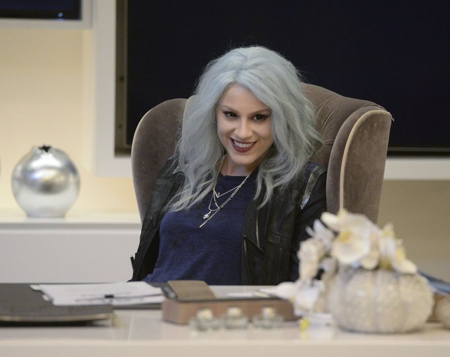 Die stromgeladene Livewire (Brit Morgan) hat sich mit Cat Grant ein Opfer ausgesucht, das ihr in ihrem Vor-Bösewichte-Dasein gut bekannt war ... - Bildquelle: 2015 Warner Bros. Entertainment, Inc.