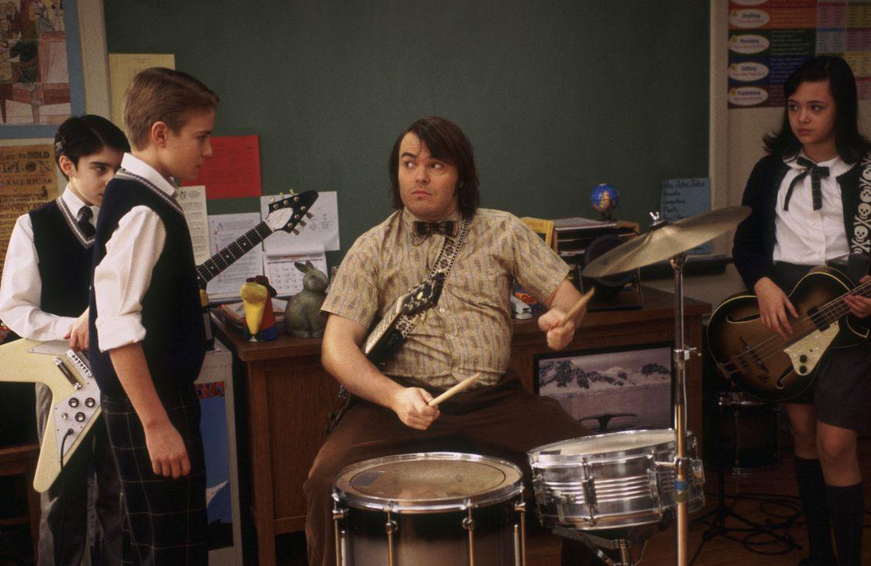 Nachdem Deweys (Jack Black, vorne M.) seine Schüler musizieren gehört hat, kommt ihm eine Idee: Er will mit (v.l.n.r.) Zack (Joey Gaydos jr.), Fre... - Bildquelle: Paramount Pictures