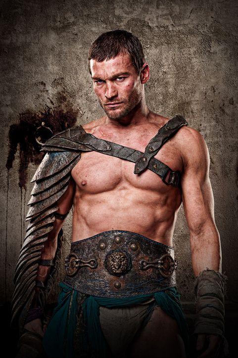 Von seiner ebenfalls verschleppten und zur Sklaverei verurteilten Frau Sura getrennt, versucht der thrakische Heeresführer Spartacus (Andy Whitfiel... - Bildquelle: 2009 Starz Entertainment, LLC